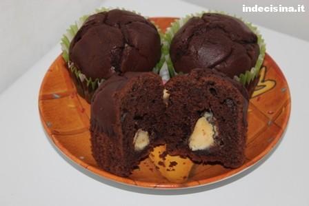 Muffin al cioccolato ripieni di cioccolato bianco