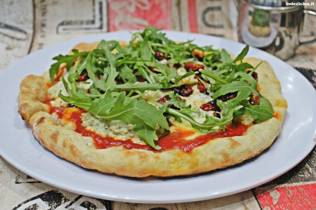 Pizza con pesto e pomodori secchi